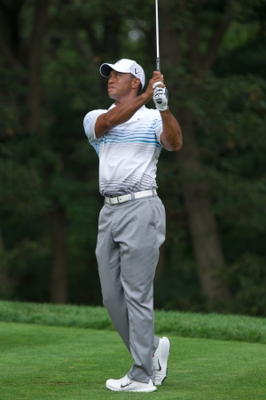 14th: FARMINGDALE, NY - 22 de agosto: Tiger Woods realiza un golpe de salida fuera del hoyo 14 en Bethpage Negro durante el Barclays el 22 de agosto de 2012 en Farmingdale, Nueva York.