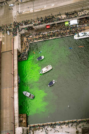 The Journeyman Plumbers Association turn the Chicago River green on St Patricks Day, 3172018, by injecting a green dye 版權商用圖片