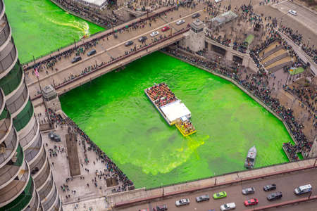 The Journeyman Plumbers Association turn the Chicago River green on St Patrick's Day, 3/17/2018, by injecting a green dye Foto de archivo
