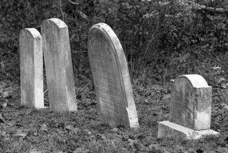 Een rij van oude scheve grafstenen