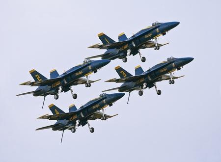 azul marino: FLORIDA, Estados Unidos - 6 de noviembre: Blue Angels despegar durante la ejecución en Alas en Homestead Show el 06 de noviembre de 2010 en Homestead, FL. USA. Este evento tiene lugar en la Base Aérea de Homestead