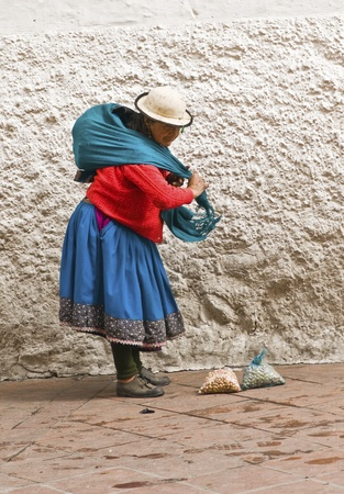 クエンカ、エクアドル - 5 月 27 日: クエンカ、エクアドルで 2011 年 5 月 27 日に彼女の果物をマーケティングの伝統的な習慣の先住民族の女性。イン 報道画像