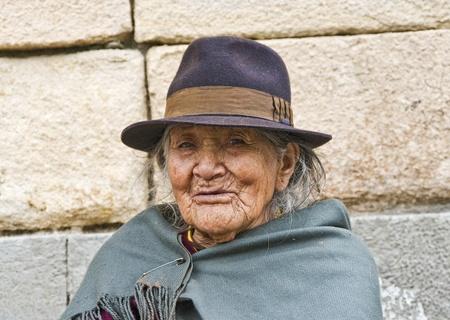 クエンカ、エクアドル - 5 月 30 日: 古いによって立っているアンデスの先住民女性インカ壁の伝統的な慣習で 2011 年 5 月 30 日にクエンカ、エクアド 報道画像