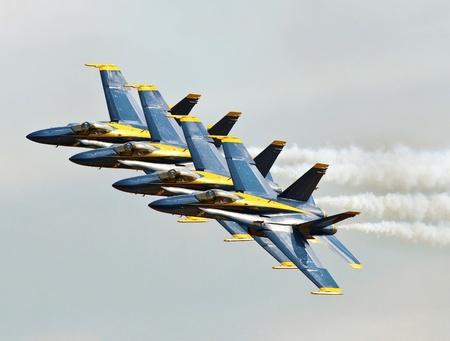 """azul marino: FLORIDA, EE.UU. - 06 de noviembre: Blue Angels vuelan en formación durante la ejecución de """"Alas sobre Homestead"""" el 6 de noviembre de 2010 en Homestead, Florida. EE.UU.. Este evento se lleva a cabo en la Base Aérea de Homestead de la Fuerza Editorial"""