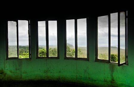 ventanas abiertas: Patrón de Windows dentro de construcción Foto de archivo