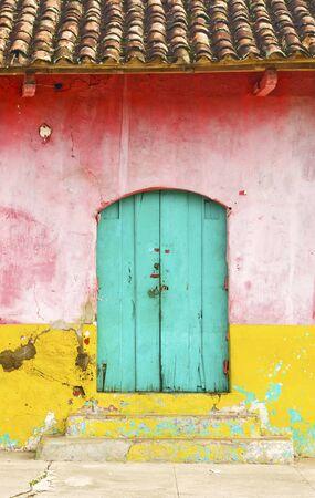 グラナダ: カラフルな農村住居のファサード