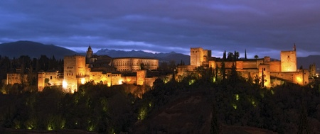 グラナダ: 日没後アルハンブラ宮殿 報道画像