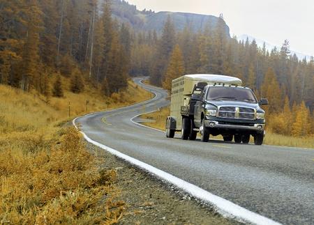 camioneta pick up: Viaje de conducción por las montañas