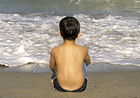 mindfulness: Jongen Het overwegen van de Oceaan Stockfoto