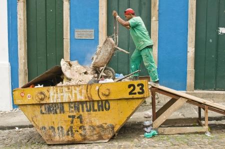 garbage collector: SALVADOR, BRASIL-8 DE DICIEMBRE: Unidentified calle recolector de basura contenedor de llenado de 8 de diciembre de 2012 en Salvador, Brasil. Actividades culturales diarias en Pelourinho mantener a estos trabajadores muy ocupados.