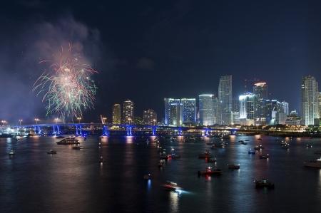 マイアミ上空の花火 報道画像