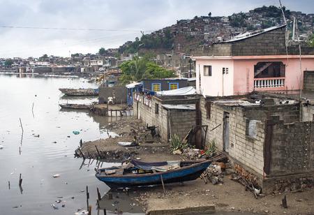 colera: Casas por el río Mapou en Cap-Haitien, Haití