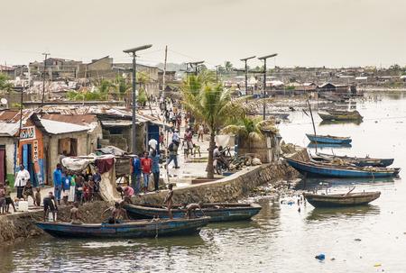 port au prince: Cap-Haitien, Hait� - 17 de noviembre, la gente no identificados en su vida cotidiana por el r�o Mapou despu�s de la devastaci�n y la pobreza que queda en parte por el terremoto de 2010 el 17 de noviembre de 2013, de Cap-Haitien, Hait�