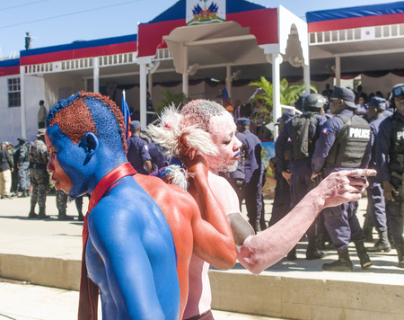 CAP-HAITIEN, HAITI - NOV 18, Full body painted supporters of president Michel Martelly danicing while requesting life improvements during his visit on November 18, 2013 in Cap-Haitien, Haiti. Banco de Imagens - 33362509