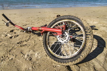 Vintage Bicycle in the Sand Banco de Imagens - 56144516