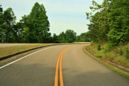 Een slingerende weg door de uitlopers van de Smoky Mountains.