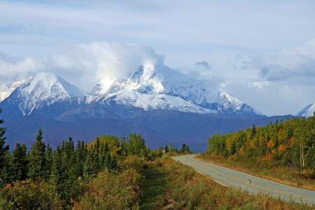 Snelweg loopt door de wildernis van Alaska. Stockfoto