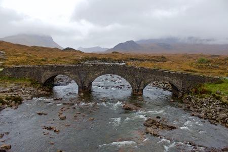 Glen Sligachan Bridge, Isola di Skye in Scozia, Regno Unito in un pomeriggio nebbioso in Autumn