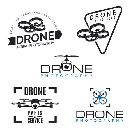 Conjunto de insignias con aviones no tripulados, escudos y elementos de diseño. Tienda Quadrocopter, logotipos de servicios de reparación.