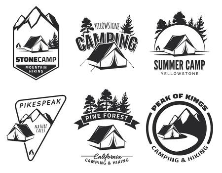 Reeks uitstekende kamperen en outdoor avontuur emblemen en badges. Tent in het bos of de bergen. Kampeeruitrusting.