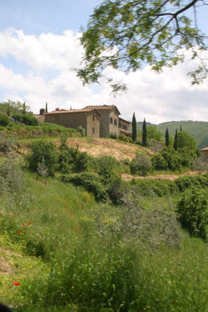 overlooking: A villa overlooking the Tuscan hills in Italy Stock Photo