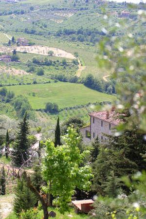 overlooking: Una villa con vistas a las colinas de la Toscana, Italia Foto de archivo