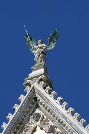 di:  Statue on the top of the main facade of the Catedral di Santa Maria, Siena, Italy, Europe
