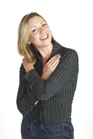 unmarried: Una mujer joven del blonde con ella los brazos se cruz� a trav�s de su pecho tirado en un fondo blanco del estudio Foto de archivo