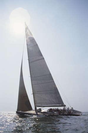 bateau de course: Un bateau navigue sous le soleil