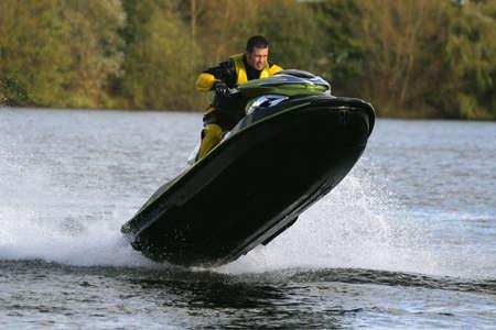 moto acuatica: Un jet ski y del jinete de salto claro de la watr