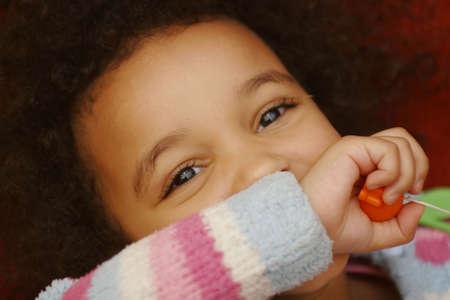 maliziosa: Un bel giovane razza mista bambina con uno sguardo malizioso nella sua faccia.