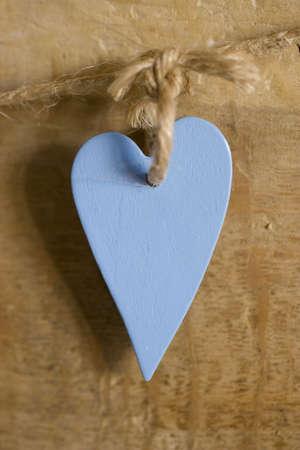 Un coraz�n de madera azul colgando de una cadena