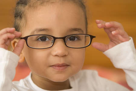 przewymiarowany: Piękny młodych mieszanej wyścigu dziewczyna noszenie nieco przewymiarowany okulary