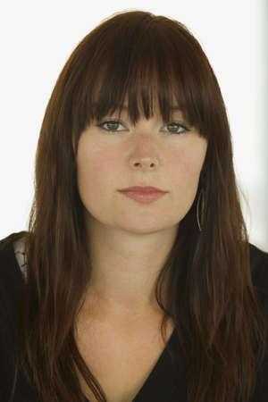enigmatic: Una bellissima giovane donna con un enigmatico sguardo sul suo volto.  Archivio Fotografico