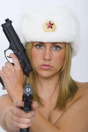 Una bella mujer rubia de Rusia, armados y peligrosos que llevaba un sombrero de pieles y no mucho m�s  Foto de archivo