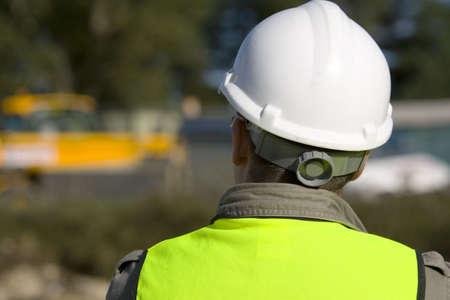 Un trabajador de la construcci�n en el sitio y vestidos en ropa de seguridad