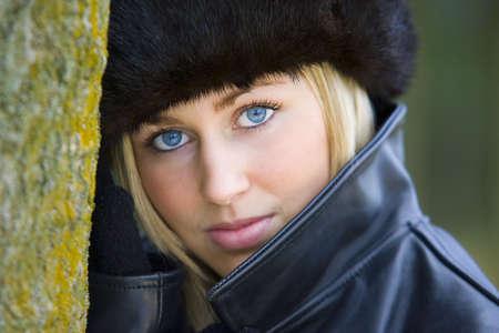 rubia ojos azules: Una hermosa joven de ojos azules mujer que llevaba un gorro ruso de piel.