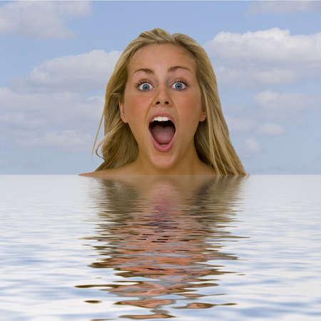 boca abierta: Una bella rubia de ojos azules pelo mujer en choque abierto la boca cuando ella se hunde por debajo de las olas