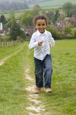 mixed race: Una hermosa mestiza poco corriendo hasta una colina en el campo Ingl�s y riendo