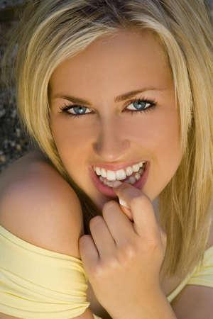 A la deslumbrante belleza de mujer joven con cabello rubio y ojos azules fant�stico sonriente una bella sonrisa, dispar� en la noche luz dorada