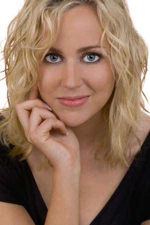 enigmatic: Lstudio illuminato ha sparato stunningly la donna giovane bella con capelli biondi e gli occhi blu fantastici con un sorriso enigmatic. Archivio Fotografico