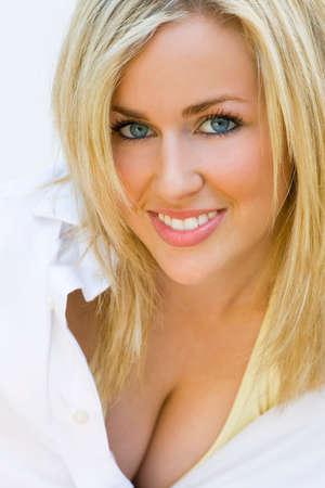 blonde yeux bleus: Une splendide jeune femme blonde aux yeux bleu vif et un superbe sourire sexy.