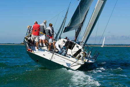 bateau de course: Un bateau tente de rattraper les autres bateaux en course. Banque d'images