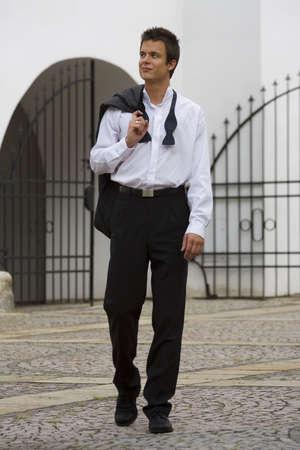 lazo negro: Un hombre joven conf�a en el regreso a casa por la ma�ana, todav�a vestidos con el traje negro empate de la noche antes