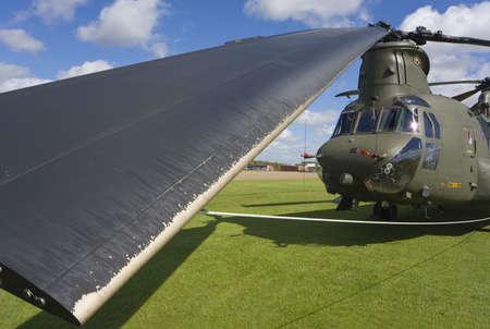 chinook: Un chinook del Boeing CH-47 con le lamierine di rotore interamente legate gi� ed uno di loro nella fine in su nella priorit� alta