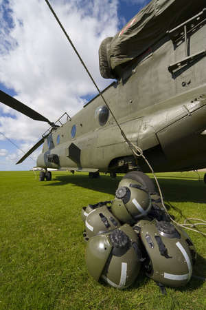chinook: Un Boeing CH-47 Chinook con le pale tutti i legato e l'equipaggio di caschi in primo piano  Archivio Fotografico