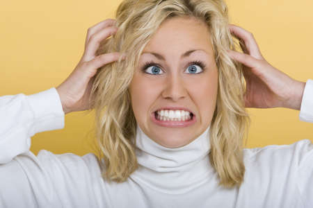 molesto: Una hermosa joven rubia de ojos azules mujer recibiendo muy frustrado