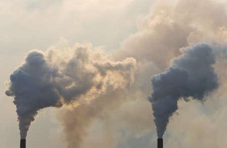 Chimeneas industriales de bombeo de la contaminaci�n