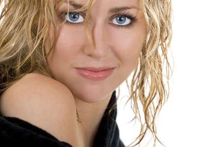 rubia ojos azules: Estudio de un disparo incre�blemente bella modelo de ojos azules con cabello rubio mojado