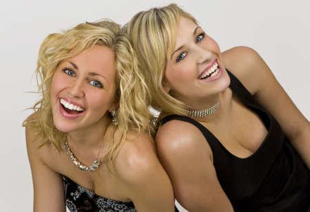 blonde yeux bleus: Le projectile de studio de ldeux belles jeunes femmes blondes a habill� lupand ayant lamusement